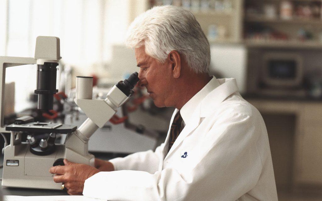 Myron W. Wentz en su laboratorio.