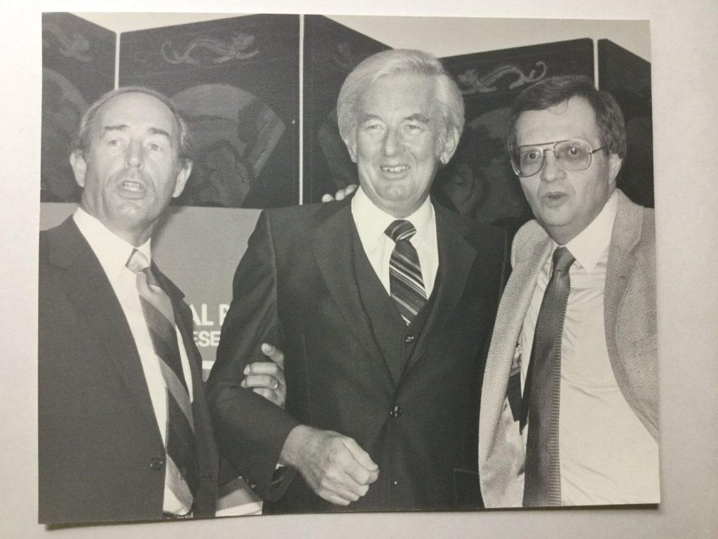 Rich DeVos y Jay Van Andel con Larry King, en 1981.
