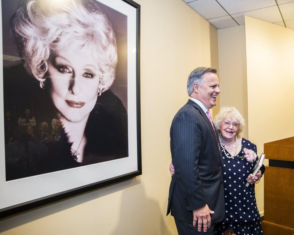 Ouida Caldwell, de 92 años, una de las distribuidoras más antiguas de la compañía junto al CEO, David Holl