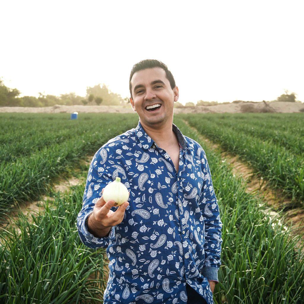 Luis Raúl Ninapaytán em uma colheita de cebola.