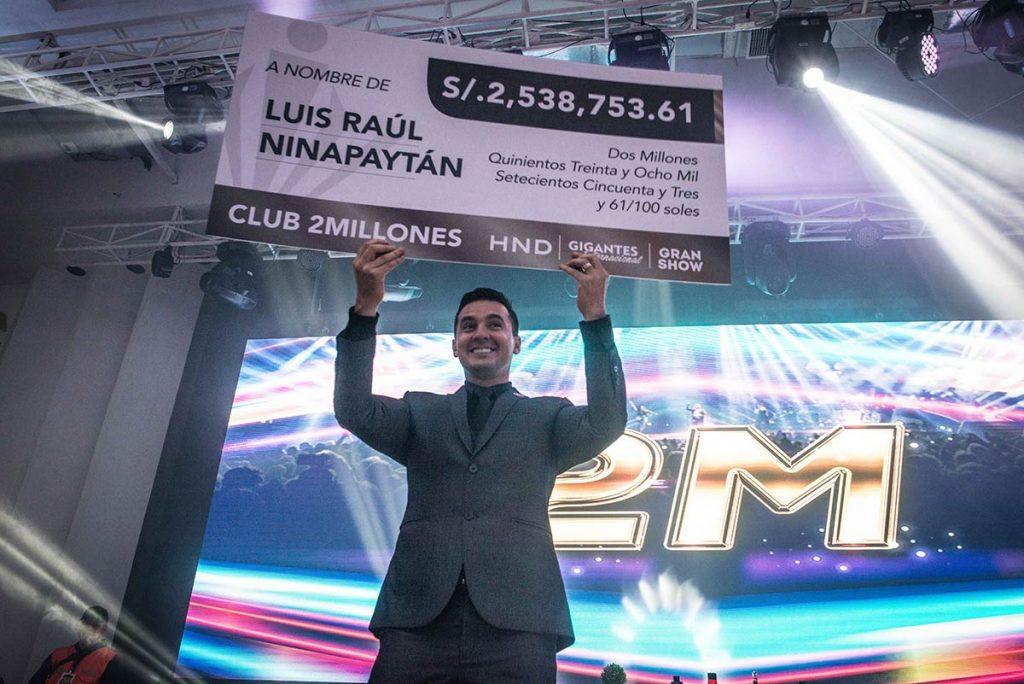 Luis Raúl Ninapaytán recibiendo un cheque de Hinode