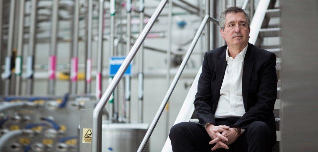 Jorge Vergara en la planta de producción de Omnilife