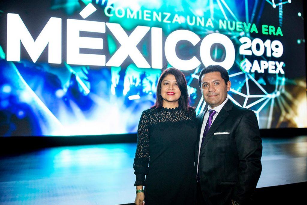 Diego Cajigal y su esposa en un evento de APEX