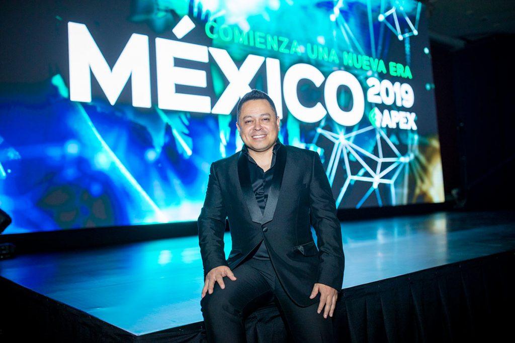 Héctor Galensky en un evento de APEX