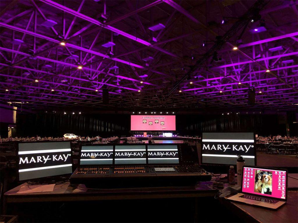 A convenção anual da Mary Kay atrai milhares de pessoas.