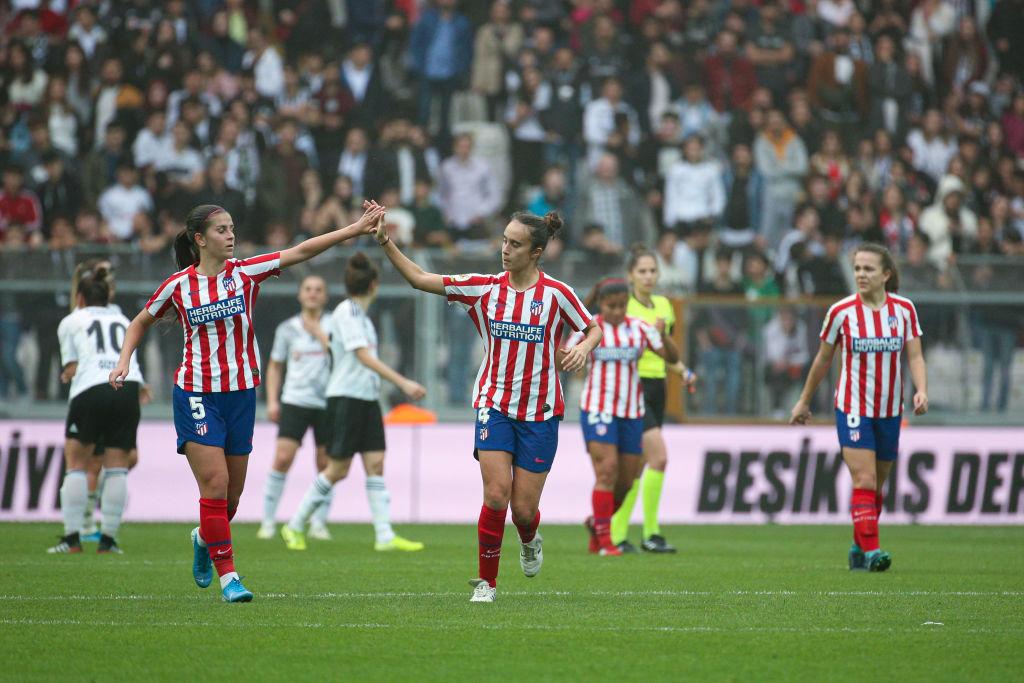 Equipo femenino del Atlético con la camiseta oficial.